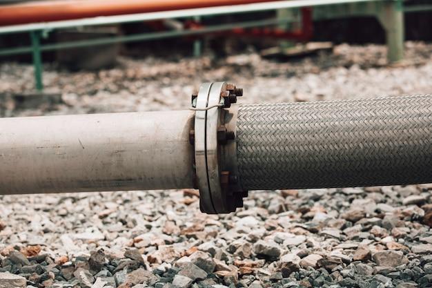 Einlassrohrschläuche aus edelstahl für den einsatz in industriechemikalien. flexibler schlauch für flanschinstallationssysteme fließbehälter.