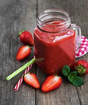Einmachglas mit erdbeer-smoothie