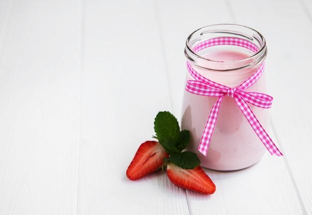 Einmachglas mit erdbeerjoghurt