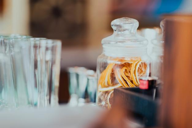 Einmachglas mit getrockneten orangenscheiben