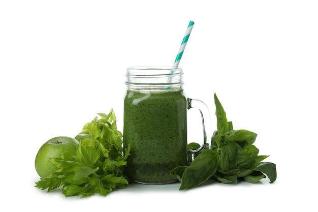 Einmachglas mit grünem smoothie und zutaten lokalisiert auf weißem hintergrund