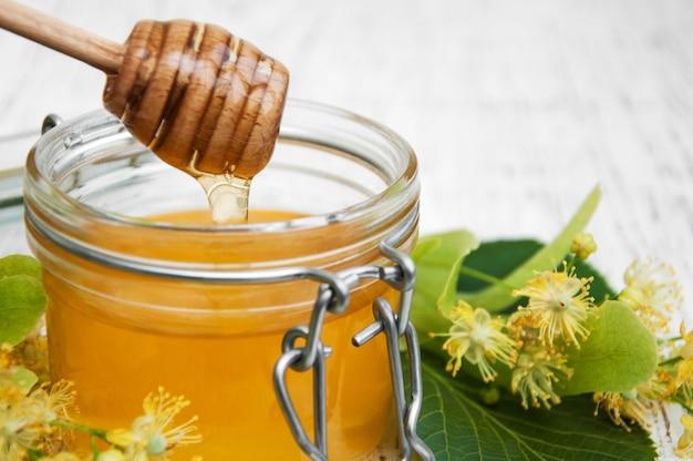 Einmachglas mit honig und lindenblüten