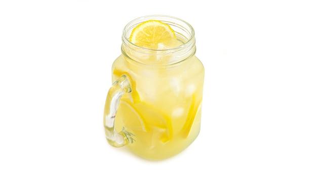 Einmachglas mit limonade und eis.