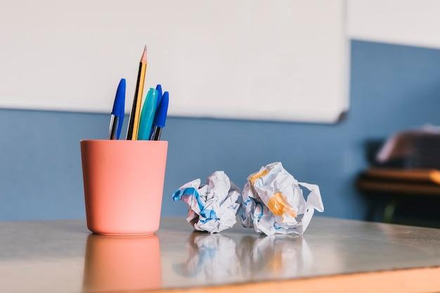Einmachglas mit stiften und zerknittertem papier