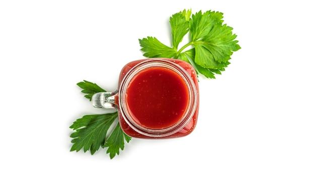 Einmachglas mit tomatensaft und grün. draufsicht.