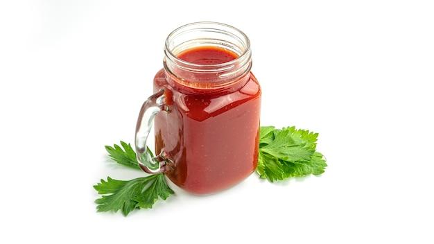 Einmachglas mit tomatensaft und petersilie.