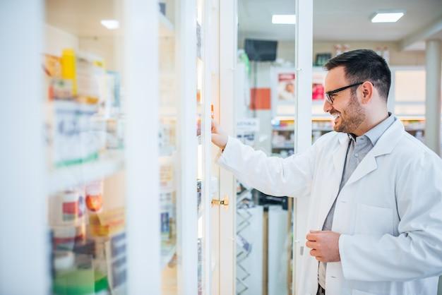 Einnahme von medikamenten aus einem gang in der apotheke.