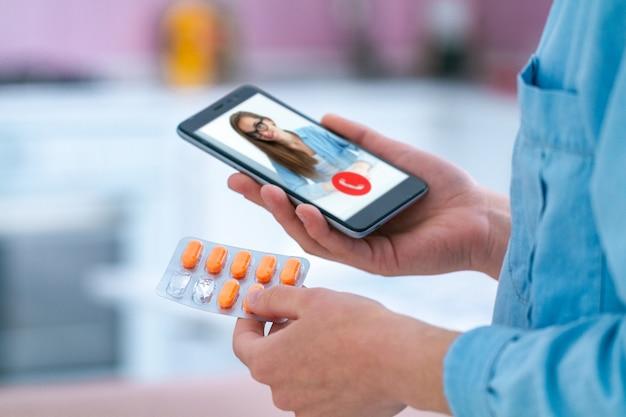 Einnahme von medikamenten und pillen zur behandlung von krankheiten und wohlbefinden. konsultation mit einem arzt online.