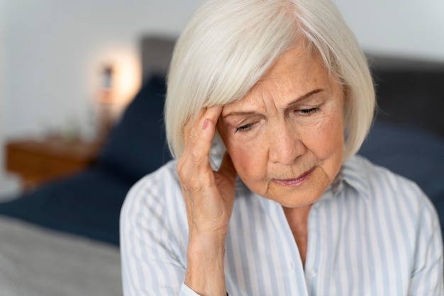 Einsame frau, die mit der alzheimer-krankheit konfrontiert ist