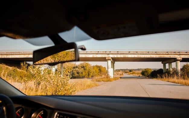 Einsame landstraßenansicht vom autoinnenraum