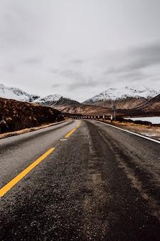 Einsame straße zu den bergen