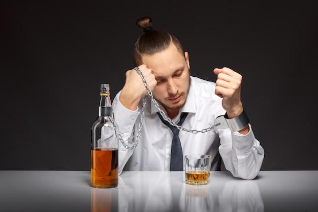 Einsame unternehmer mit einem glas whisky