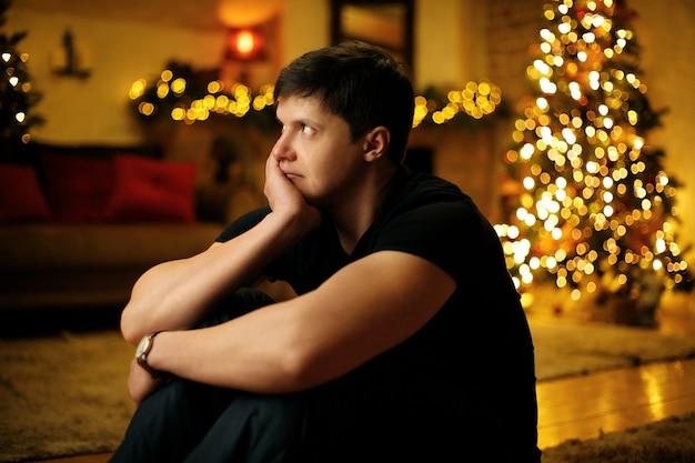 Einsamer junger mann langweilt sich an silvester