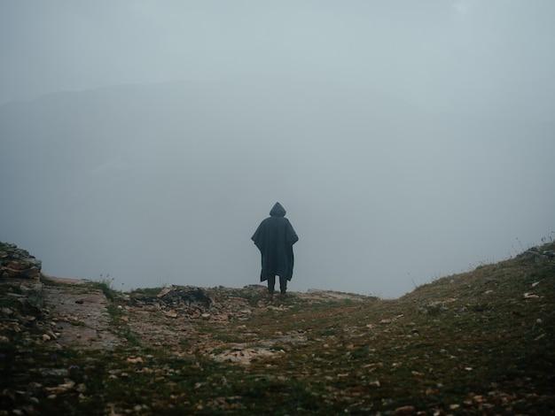 Einsamer mann berge nebel natur frischluftlandschaft