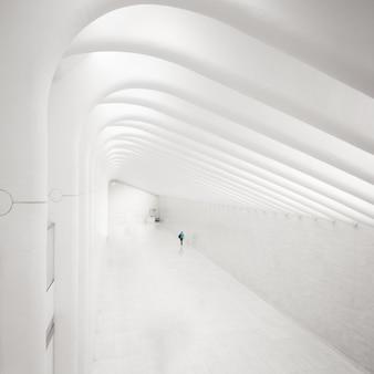 Einsamer mann in einer perfekten weißen passage in new york.
