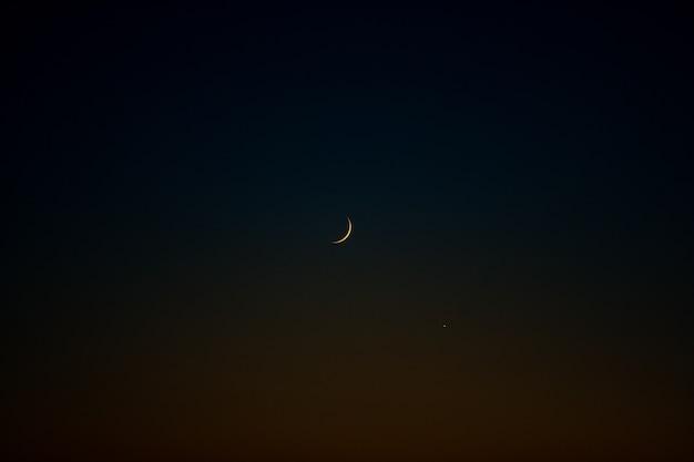 Einsamer mond im dunklen nachthimmel