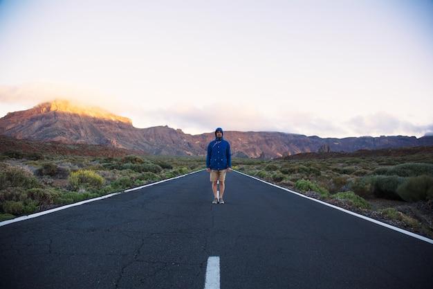 Einsamer reisender auf der straße