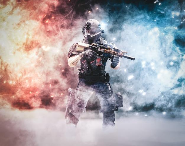 Einsamer soldat polizist in konfrontation mit terroristen banditen und anderen