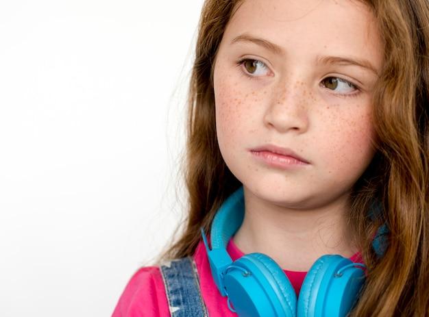 Einsames kleines mädchen traurige langeweile drücken musik-kopfhörer nieder