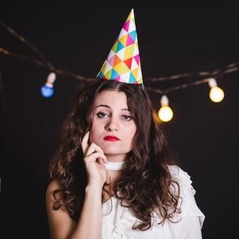Einsames mädchen auf party