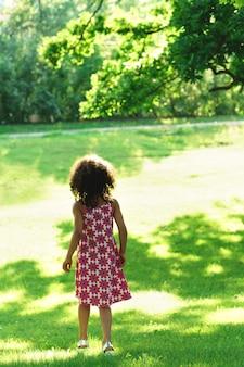 Einsames schwarzes mädchen in einem stadtpark