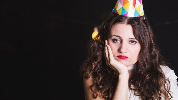 Einsames und gelangweiltes mädchen auf der party
