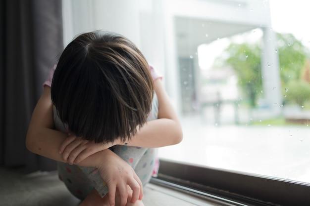 Einsames und trauriges mädchen