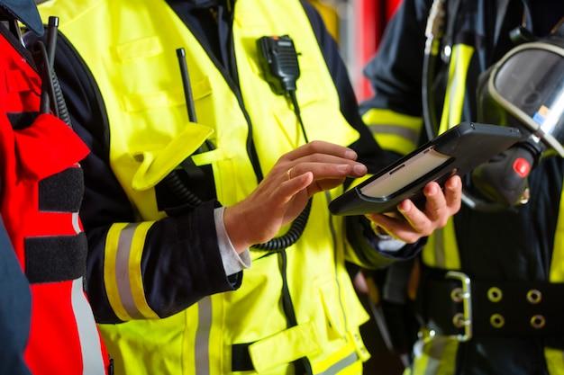 Einsatzplan der feuerwehr auf tablet-computer