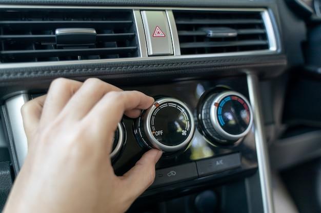 Einschalten der klimaanlage im auto.