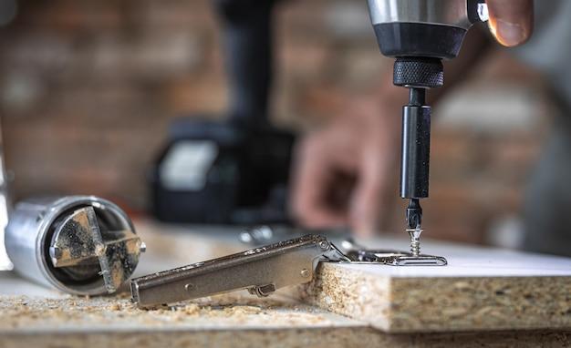 Einschrauben einer selbstschneidenden schraube in ein befestigungsloch aus metall