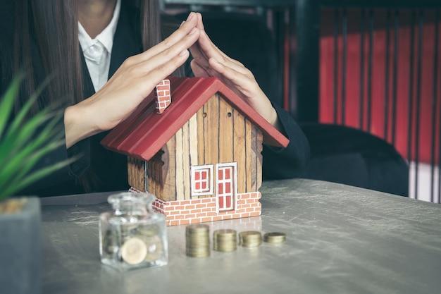 Einsparungensgeldglas voll vom münzkonzept für das speichern oder von der investition für ein haus.