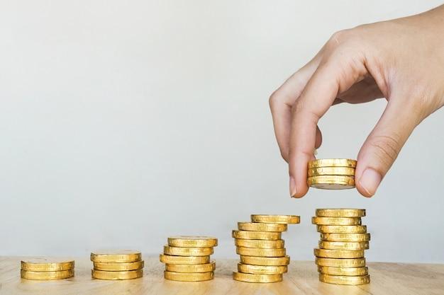 Einsparungsgeldkonzept, wachsendes geschäft des goldmünzenstapels
