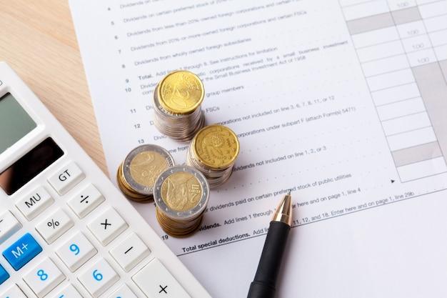 Einsparungsstapel prägt geldkonzept. diagramm, diagrammdokument nah oben