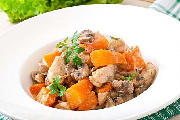 Eintopf huhn mit gemüse und champignons in einer sahnesauce
