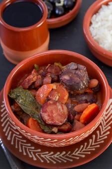 Eintopf in keramikschale mit reis und oliven
