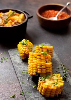 Eintopf in schalen und mais