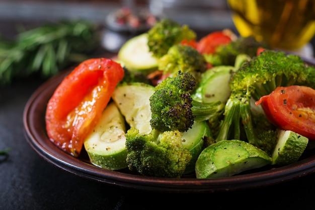Eintopf mit gebackenem gemüse. gesundes essen. richtige ernährung. veganes gericht