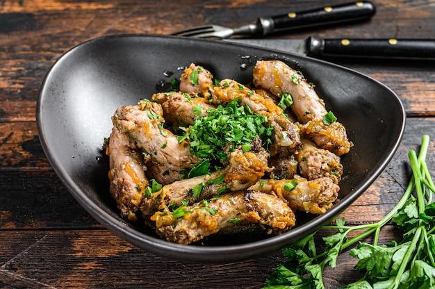 Eintopf mit hühnerhalsfleisch und gemüse