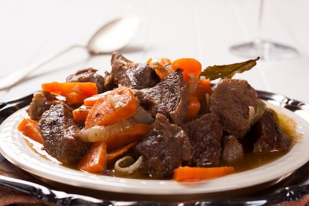 Eintopf mit rindfleisch und karotten