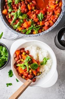 Eintopf mit veganen bohnen mit tomaten und reis in einer pfanne