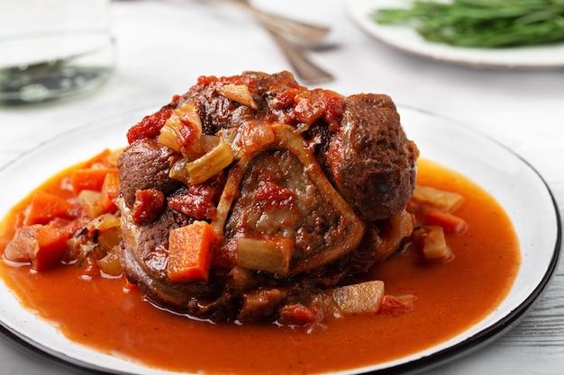 Eintopf rindfleisch fleisch schienbein mit knochen, osso bucco