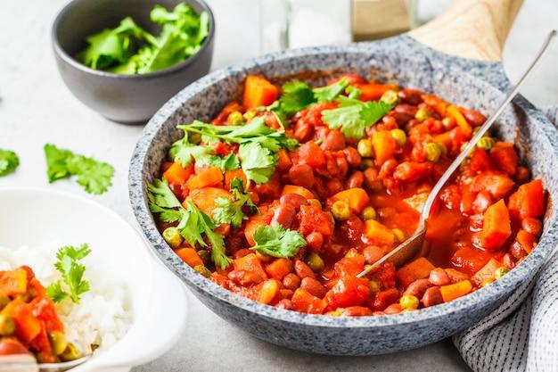 Eintopfgericht der veganen bohne mit tomaten in einer wanne