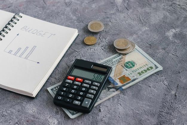 Einträge im notizbuch zur berechnung der einnahmen und ausgaben des familienbudgets