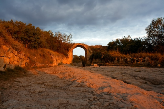 Eintritt in die antike stadt (krim, ufuf qale)