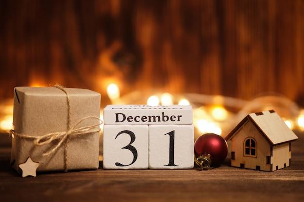 Einunddreißigster tag im dezember neujahrskonzept mit girlanden und spielzeughaus