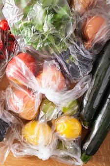 Einweg-kunststoffabfallproblem. obst und gemüse in plastiktüten