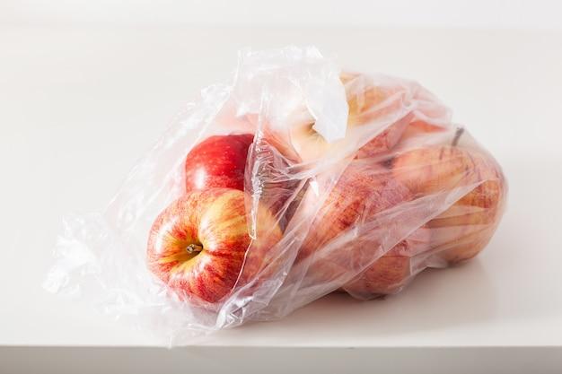 Einweg-kunststoffverpackungsproblem. äpfel in plastiktüte