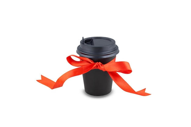 Einweg-trinkbecher aus schwarzem papier mit schleife aus satinrotem band. auf weißem hintergrund isoliert. kaffee oder tee als geschenk