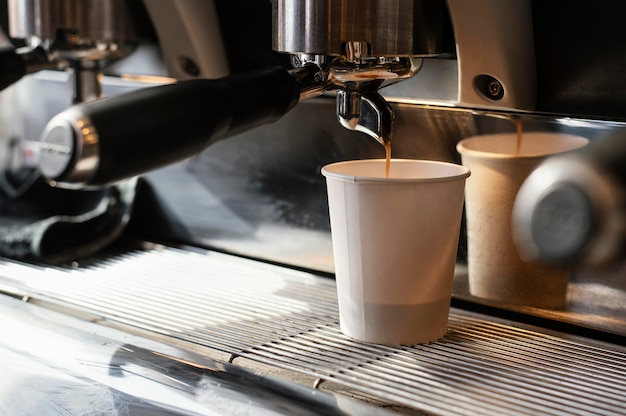 Einwegbecher mit leckerem kaffee