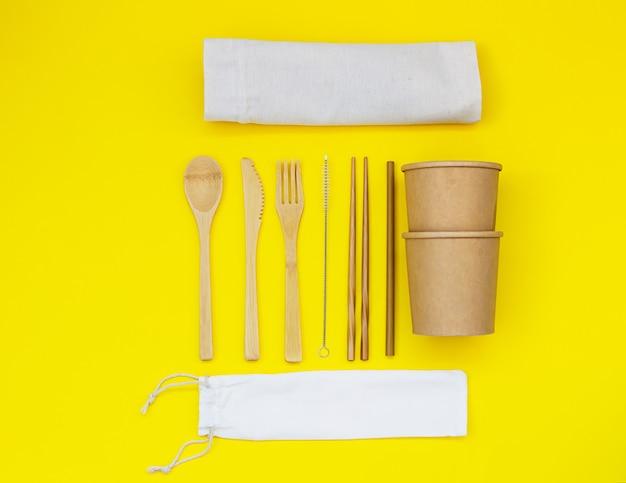 Einweggeschirr aus umweltmaterialien und kleinen leinentaschen